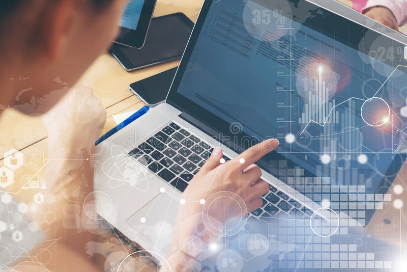 Kvinna som arbetar det Wood tabellbegreppet för modern skrivbords- anteckningsbok Kontochef Researching Process Affär Team Startu royaltyfria foton