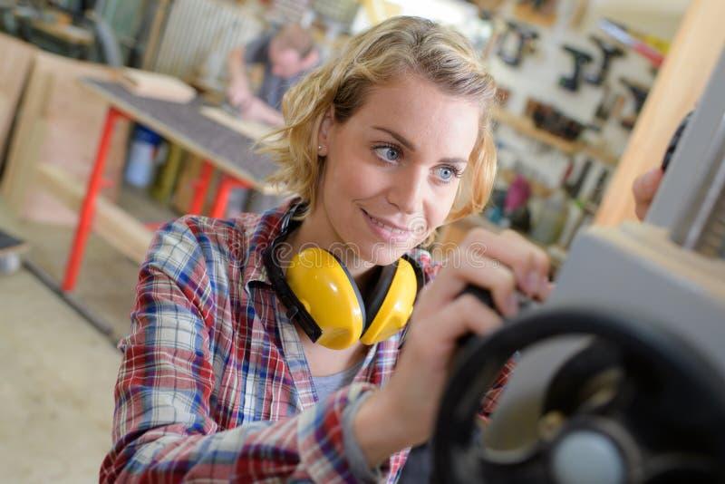 Kvinna som arbetar i fabrik royaltyfria foton