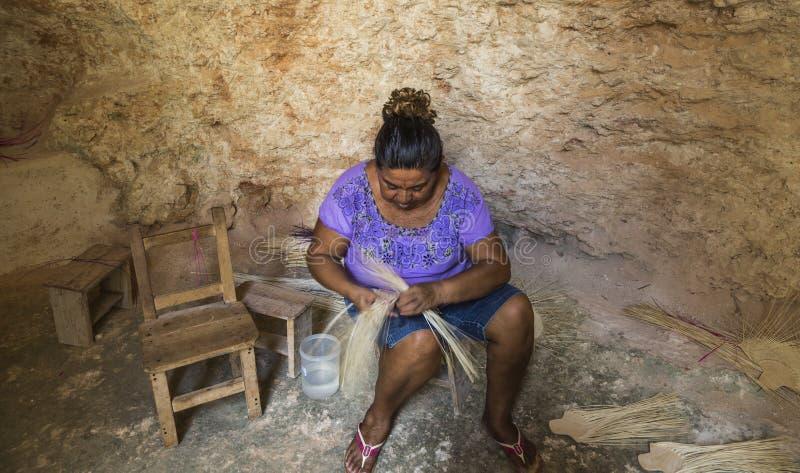 Kvinna som arbetar i grottor i hennes by royaltyfria bilder