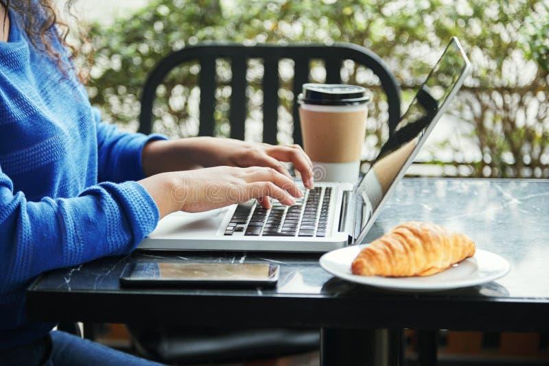 Kvinna som arbetar i kafé arkivfoton