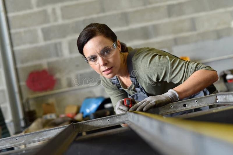 Kvinna som arbetar i metallbransch royaltyfri bild
