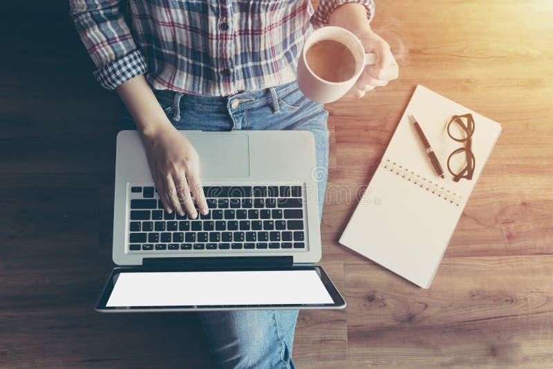 Kvinna som arbetar med anteckningsbokbärbar datordatoren, genom att använda fingret med tangentbordet för att skriva Datorb?rbar  royaltyfria foton