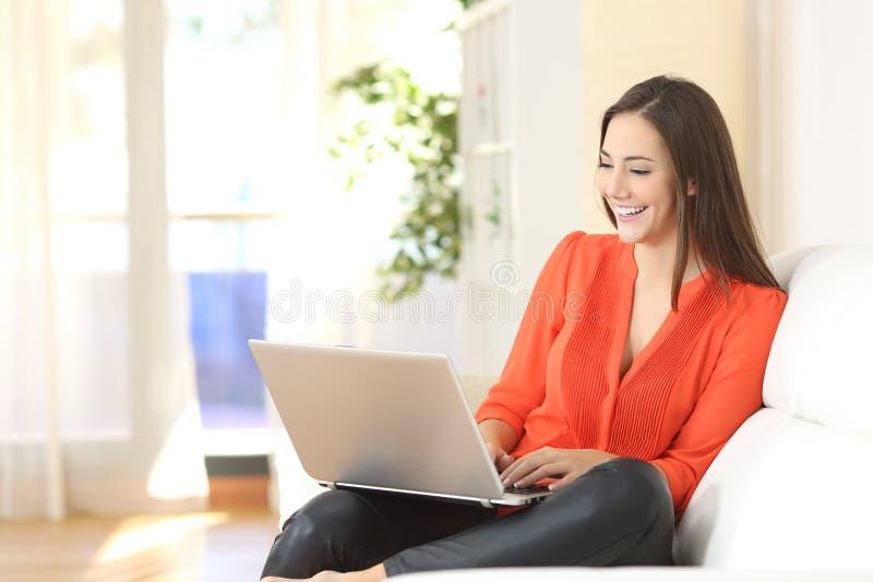 Kvinna som arbetar med en hemmastadd bärbar dator royaltyfri fotografi