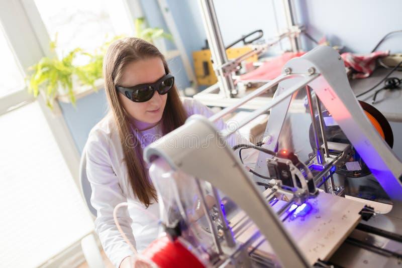 Kvinna som arbetar med laser-gravören royaltyfri fotografi