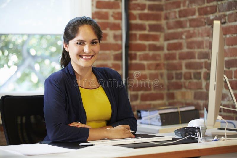 Kvinna som arbetar på datoren i modernt kontor arkivbilder