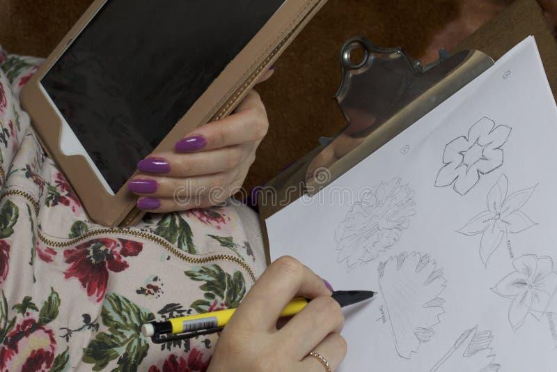 Kvinna som arbetar på en huvudbonad Sy blomman av torkduken royaltyfri foto