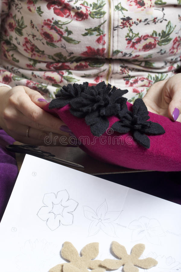 Kvinna som arbetar på en huvudbonad Sy blomman av torkduken arkivfoto