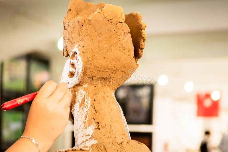 Kvinna som arbetar på en skulptur royaltyfri bild