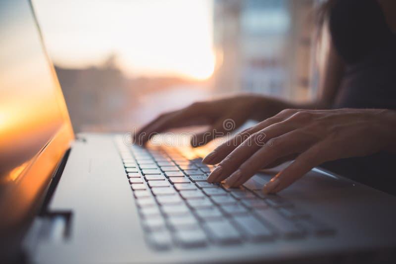Kvinna som arbetar upp den hemmastadda kontorshanden på tangentbordslut arkivbild