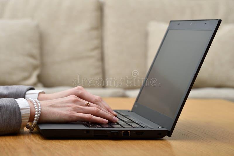 Kvinna som arbetar upp hemmastadda kontorshänder på tangentbordslut fotografering för bildbyråer