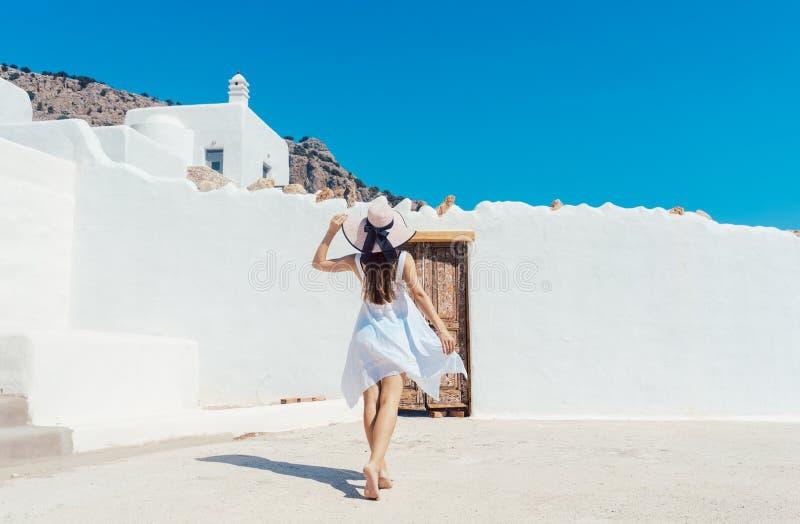 Kvinna som att närma sig ett grekiskt hus royaltyfria foton