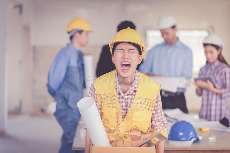 Kvinna som avfyras från det ilsket jobbet som går och arkivbild