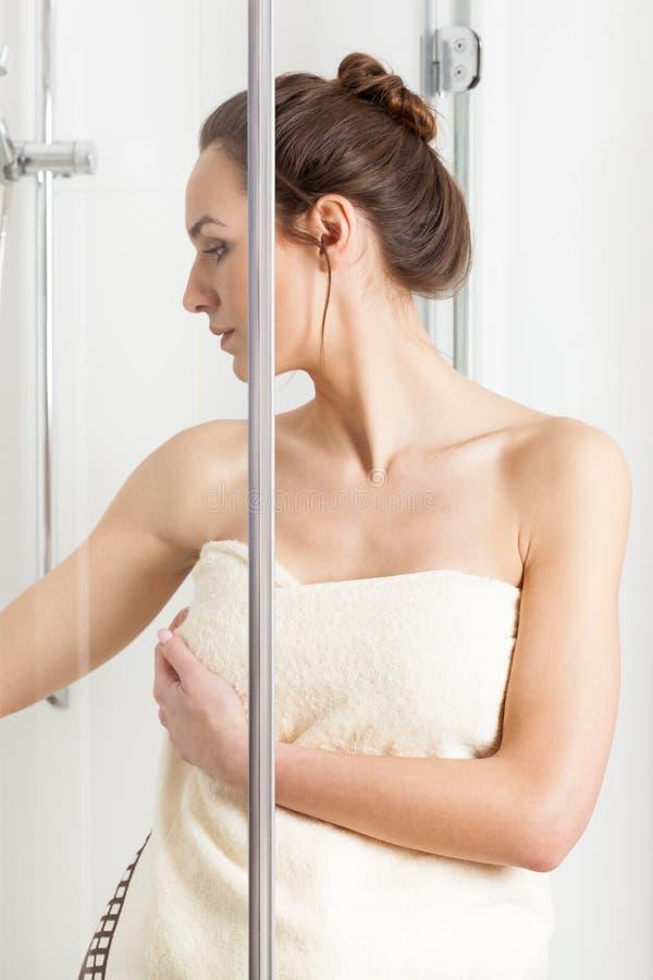 Kvinna som avslutar en dusch fotografering för bildbyråer