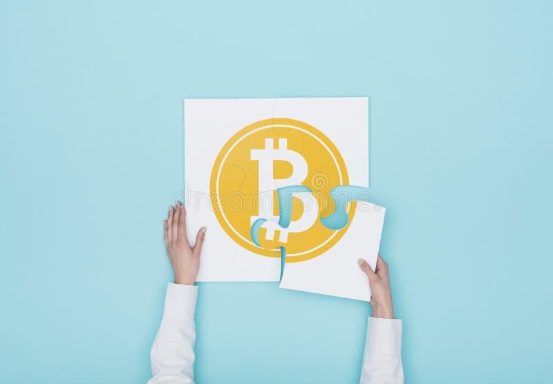 Kvinna som avslutar ett pussel med en bitcoinsymbol arkivfoto