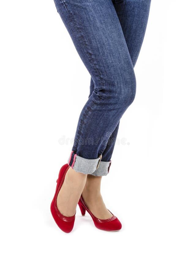 Kvinna som bär Capri jeans och röda mockaskinnpumpar #1 royaltyfria foton
