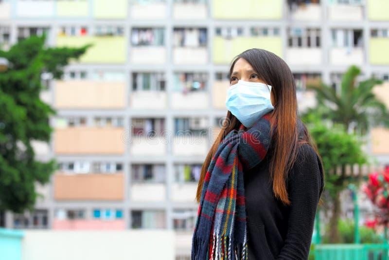 Kvinna som bär den medicinska framsidamaskeringen royaltyfri foto