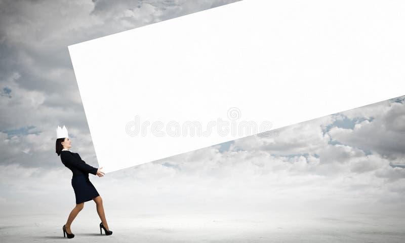 Kvinna som bär den pappers- kronan arkivbilder