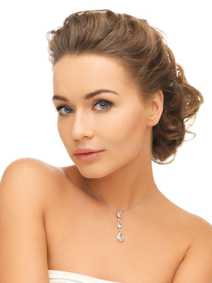 Kvinna som bär den skinande diamanthängen arkivbilder