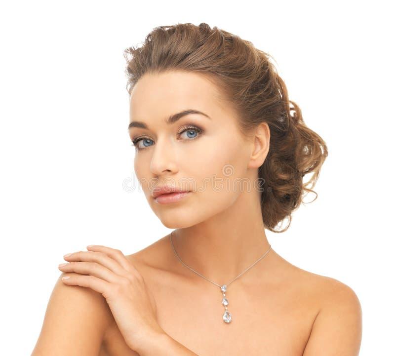 Kvinna som bär den skinande diamanthalsbandet royaltyfria foton