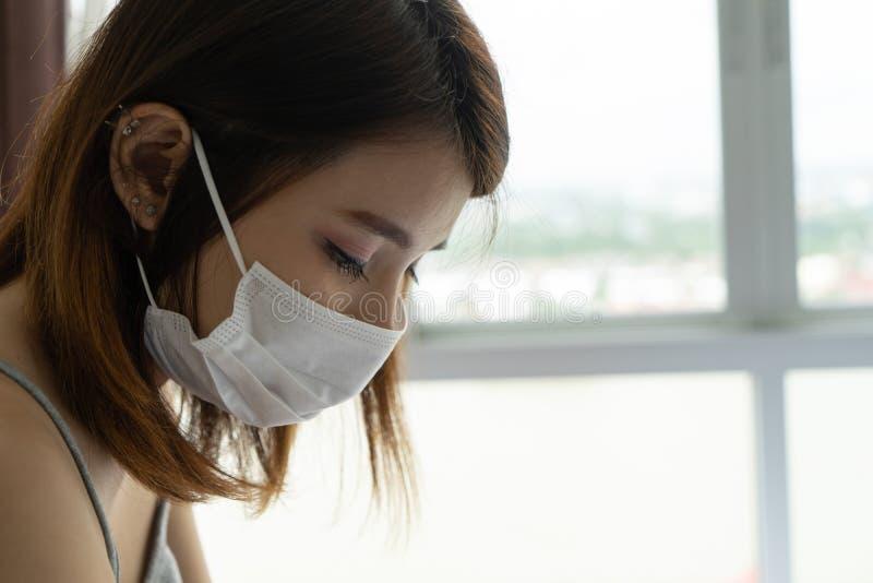 Kvinna som bär den skyddande framsidamaskeringen på grund av luftförorening i staden Slut upp asiatisk kvinnlig bärande maskering arkivbilder