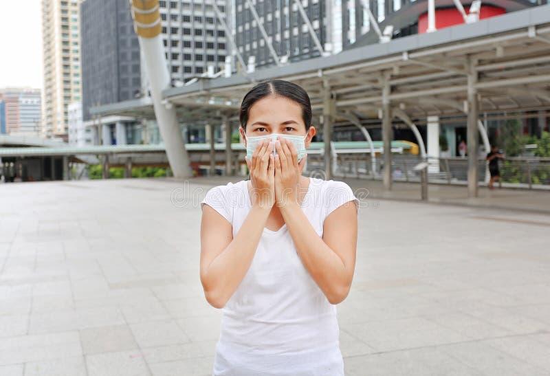 Kvinna som bär den skyddande maskeringen för att skydda förorening och influensan royaltyfri bild