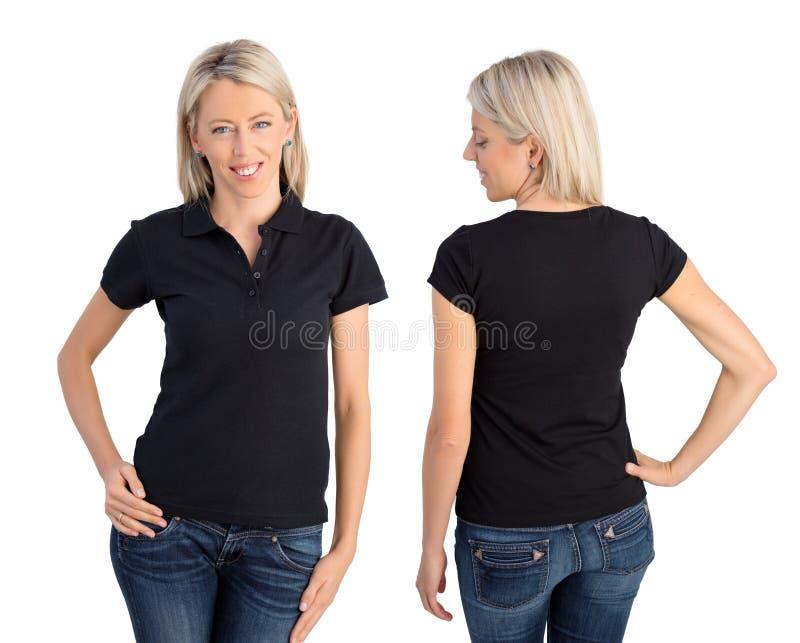 Kvinna som bär den svarta poloskjortan royaltyfria bilder