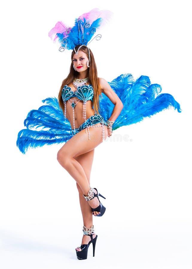 Kvinna som bär en brasiliansk karnevaldräkt med fjädrar royaltyfria foton