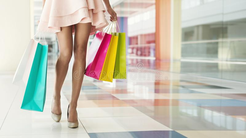 Kvinna som bär färgrika shoppingpåsar i galleria royaltyfria bilder