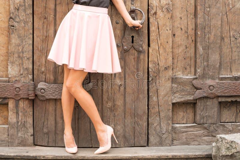 Kvinna som bär näcka kulöra skor för hög häl fotografering för bildbyråer