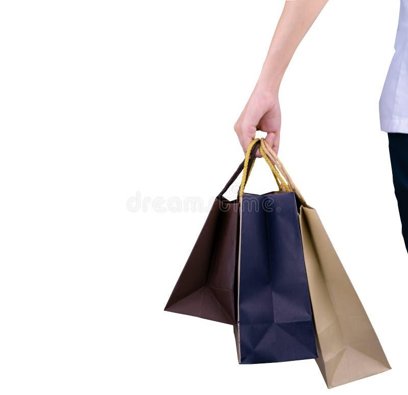 Kvinna som bär pappers- shoppa påsar som isoleras på vit bakgrund royaltyfri bild