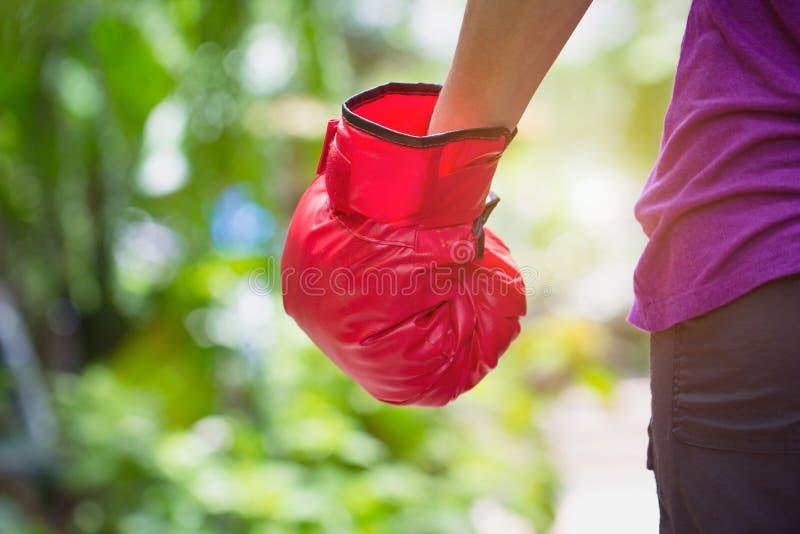 Kvinna som bär rött boxaredungeanseende mot utomhus- tillbaka sikt för grön naturbokeh med kopieringsutrymme affär som slåss sege fotografering för bildbyråer