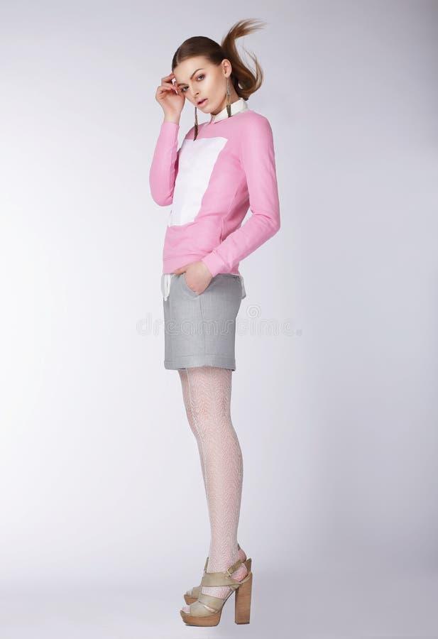 Kvinna som bär tillfällig kläder som poserar på studion royaltyfria bilder