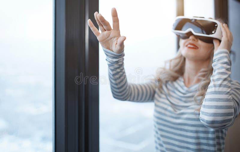 Kvinna som bär VR-hörlurar med mikrofon arkivbilder