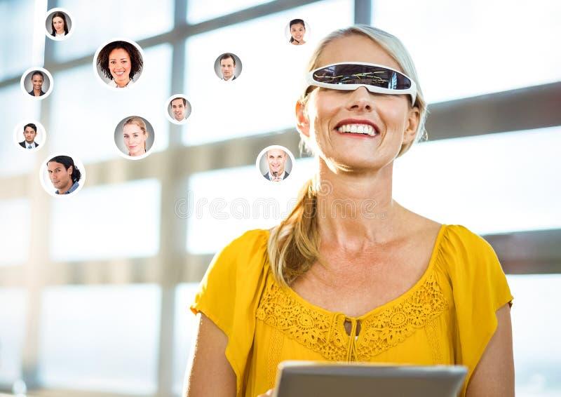 Kvinna som bär VR-virtuell verklighethörlurar med mikrofon med manöverenheten royaltyfria bilder
