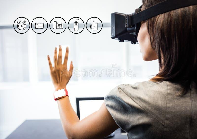 Kvinna som bär VR-virtuell verklighethörlurar med mikrofon med manöverenheten royaltyfria foton