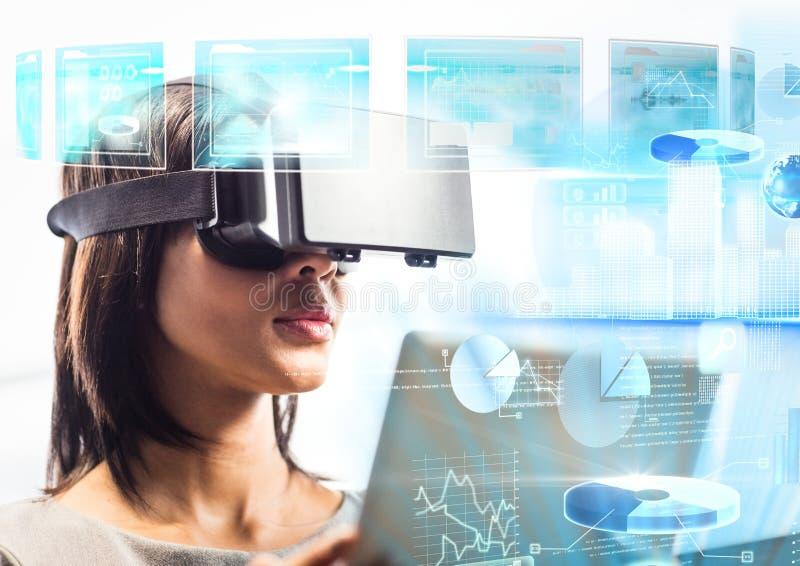 Kvinna som bär VR-virtuell verklighethörlurar med mikrofon med manöverenheten royaltyfri foto