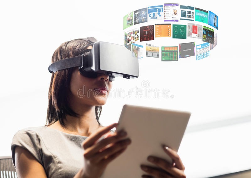 Kvinna som bär VR-virtuell verklighethörlurar med mikrofon med manöverenheten arkivfoton