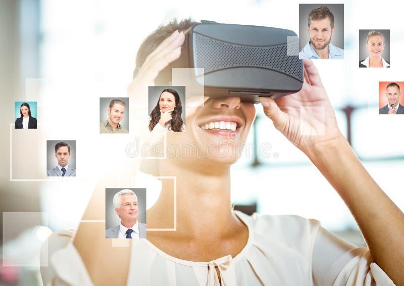 Kvinna som bär VR-virtuell verklighethörlurar med mikrofon med manöverenheten arkivbild