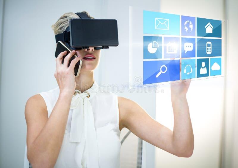 Kvinna som bär VR-virtuell verklighethörlurar med mikrofon med manöverenheten med telefonen royaltyfri fotografi