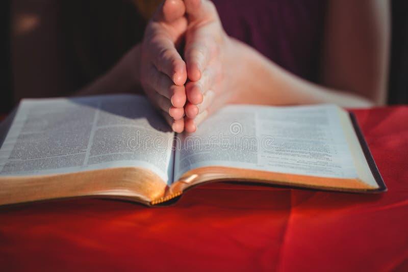 Kvinna som ber med hennes bibel royaltyfria foton