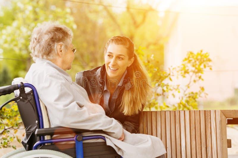 Kvinna som besöker farmodern i vårdhem royaltyfri bild