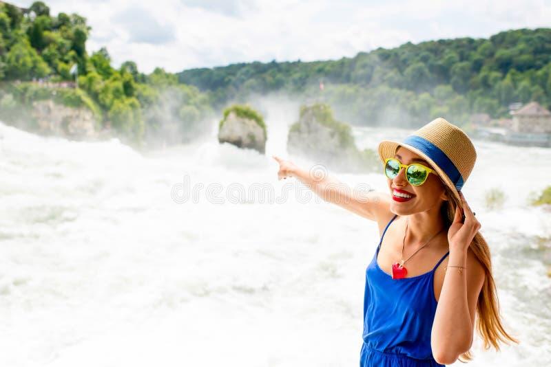 Kvinna som besöker Rhenvattenfallet i Schweiz royaltyfri bild