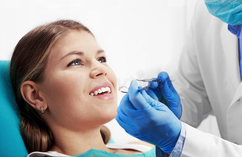 Kvinna som besöker tandläkaren royaltyfri fotografi