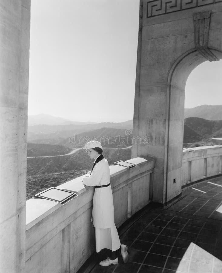 Kvinna som beundrar sikt från observatoriet Hollywood Kalifornien USA (alla visade personer inte är längre uppehälle, och inget g arkivbilder