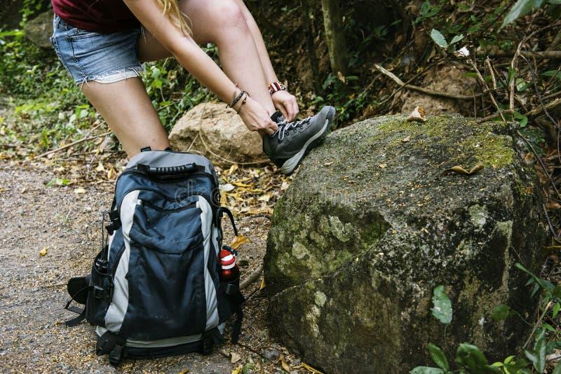 Kvinna som binder skor, medan trekking royaltyfria bilder