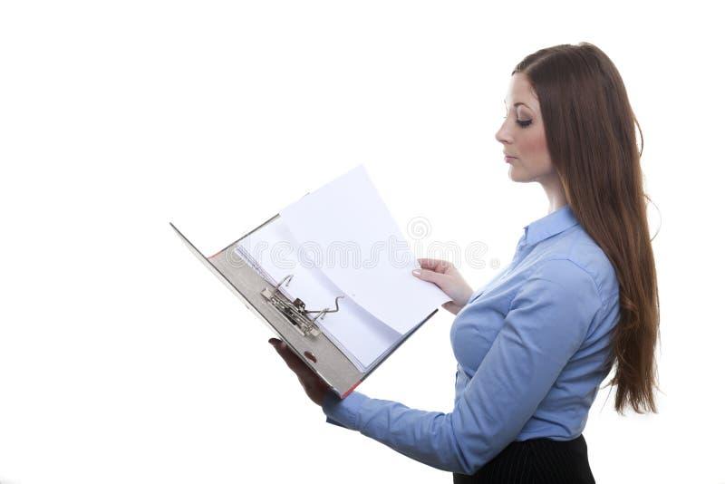 Kvinna som bläddrar i en mapp arkivbilder