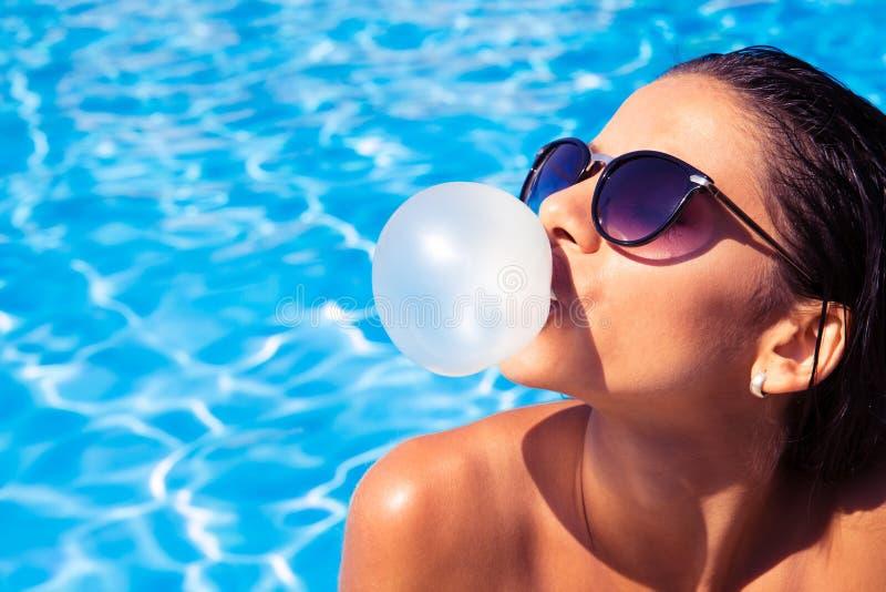 Kvinna som blåser bubblan med gummi royaltyfri bild
