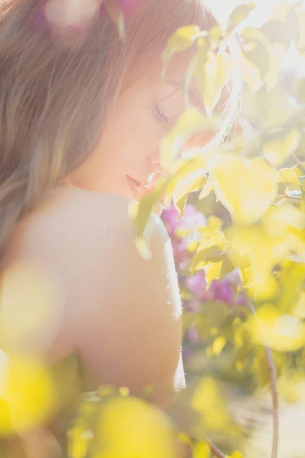 Kvinna som blomstrar blommor fotografering för bildbyråer