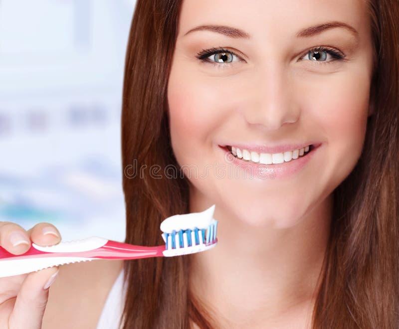Kvinna som borstar hennes tänder royaltyfria bilder