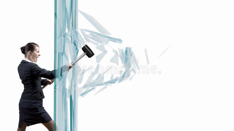 Kvinna som bryter exponeringsglas arkivbilder